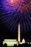 Quarto da celebração de julho com os fogos-de-artifício que explodem sobre Lincoln Memorial, Washington Monument e o U S Capitóli Imagens de Stock Royalty Free