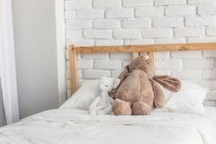 Quarto das crianças com as bonecas na cama fotos de stock royalty free