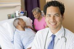 Quarto de hospital do doutor Looking Alegre  Imagens de Stock