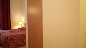 Quarto de hotel com cama video estoque