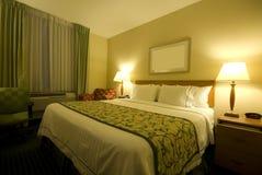 Quarto de hotel com a cama do tamanho da rainha Foto de Stock
