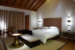 Quarto de hotel confortável moderno foto de stock royalty free