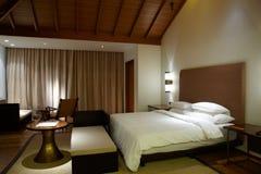 Quarto de hotel confortável moderno foto de stock