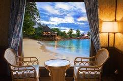 Quarto de hotel e paisagem da praia Fotos de Stock