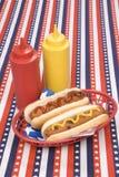 Quarto de hotgogs de julho com ketchup e mostarda fotos de stock
