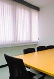 Quarto de reunião pequeno de encontro às cortinas de indicador Imagem de Stock Royalty Free