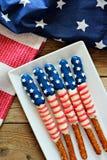 Quarto dei coni retinici della ciambellina salata della bandiera americana di luglio sul piatto Fotografie Stock