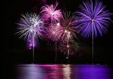 Quarto dei fuochi d'artificio di luglio sopra il lago Fotografie Stock
