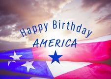 Quarto del blu del grafico di luglio contro il cielo e la bandiera americana di sera Fotografia Stock