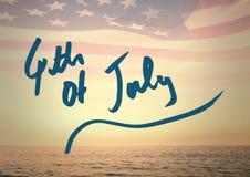 Quarto del blu del grafico di luglio contro l'orizzonte e la bandiera americana Fotografia Stock Libera da Diritti