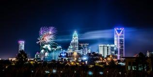 quarto del fuoco d'artificio di luglio sopra l'orizzonte di Charlotte Immagini Stock