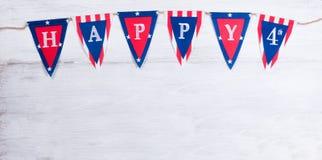 Quarto dell'insegna di festa di luglio sui bordi di legno bianchi Immagine Stock