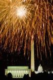 Quarto della celebrazione di luglio con i fuochi d'artificio che esplodono sopra Lincoln Memorial, Washington Monument ed U S Gli Fotografia Stock Libera da Diritti