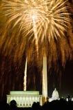 Quarto della celebrazione di luglio con i fuochi d'artificio che esplodono sopra Lincoln Memorial, Washington Monument ed U S Gli Immagini Stock