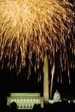 Quarto della celebrazione di luglio con i fuochi d'artificio che esplodono sopra Lincoln Memorial, Washington Monument ed U S Gli Immagine Stock