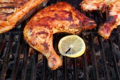 Quarto della coscia di pollo arrostito BBQ sulla griglia calda Fotografie Stock