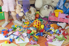 Quarto desarrumado dos miúdos com brinquedos
