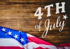 Quarto di bianco del grafico di luglio contro la tavola e la bandiera americana di legno Fotografia Stock
