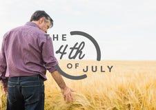 Quarto di Grey del grafico di luglio contro il grano commovente dell'uomo Fotografie Stock Libere da Diritti