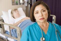 Quarto do doutor Looking Sério Paciente Foto de Stock Royalty Free
