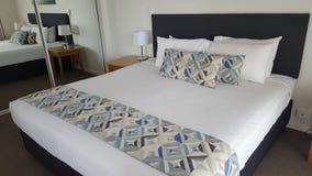 Quarto dobro bonito, confortável em meu apartamento luxuoso em Alpha Sovereign Hotel, surfistas nortes Paradise, Queensland fotos de stock