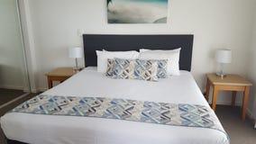 Quarto dobro confortável de meu apartamento luxuoso fantástico em Alpha Sovereign Resort, surfistas nortes Paradise, Qld, Aust foto de stock