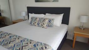 Quarto dobro confortável de meu apartamento luxuoso fantástico em Alpha Sovereign Resort, surfistas nortes Paradise, Qld, Aust fotografia de stock