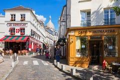 Quarto encantador de Montmartre com os cafés franceses tradicionais, Pa Foto de Stock