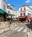 Quarto encantador de Montmartre com os cafés franceses tradicionais, Pa Fotos de Stock Royalty Free