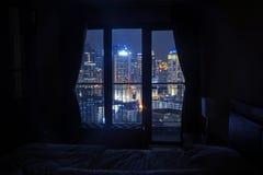 Quarto escuro com luz nos arranha-céus imagens de stock royalty free