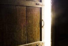 Quarto escuro velho com brilho da porta fechada imagem de stock royalty free