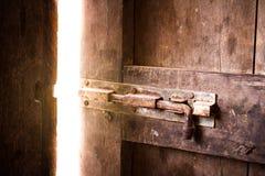 Quarto escuro velho com brilho da porta fechada foto de stock royalty free