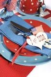 Quarto feliz do fim do ajuste de lugar da mesa de jantar de julho acima Foto de Stock Royalty Free