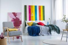 Quarto interior com pinturas coloridas imagens de stock royalty free