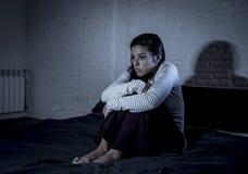 Quarto latino-americano da mulher em casa que encontra-se na cama tarde na noite que tenta dormir insônia de sofrimento imagens de stock