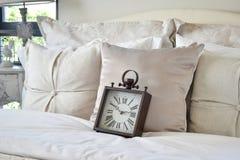 Quarto luxuoso com o despertador clássico do estilo na cama fotos de stock
