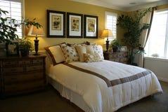 Quarto mestre amarelo bonito da cama imagem de stock royalty free