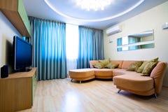 Quarto moderno com tevê e sofá Foto de Stock