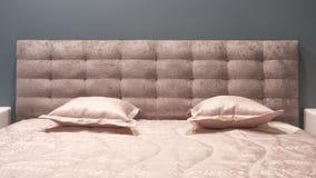 Quarto moderno luxuoso do estilo e nos tons cinzentos, cor-de-rosa, marrons e azuis, interior de um quarto com coxins do luxuoso foto de stock