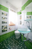 Quarto novo do toalete fotografia de stock royalty free