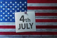 Quarto 4o feliz da nota de julho na bandeira de América Imagens de Stock Royalty Free