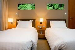Quarto ou quarto moderno de hotel Fotografia de Stock Royalty Free