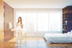 Quarto panorâmico da cama branca e escritório domiciliário, mulher Fotografia de Stock Royalty Free