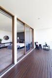 Quarto principal e balcão na casa australiana luxuosa foto de stock royalty free