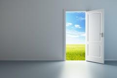 Quarto vazio branco com porta aberta Imagem de Stock Royalty Free