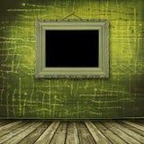 Quarto velho, interior do grunge com frame Imagem de Stock