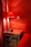 Quarto vermelho pelo lamplight Fotos de Stock Royalty Free