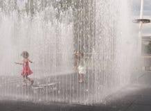 Quartos aparecendo, escultura da água, banco sul. fotos de stock royalty free