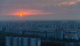 Quartos do sono, Moscou, Rússia Nascer do sol em distric industrial Fotografia de Stock
