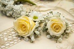 QUARTU: Het huwelijk van kerkplaten met gele rozen op geborduurd tafelkleed Stock Afbeelding